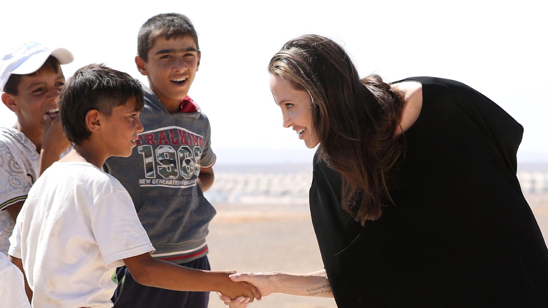 09.set.2016 - Angelina Jolie visita campo de refugiados sírios na Jordânia