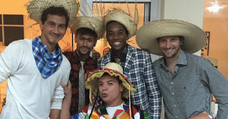 3.jul.2015 - Os jogadores Ganso, Neymar, Robinho e Elano se divertem com David Brazil no