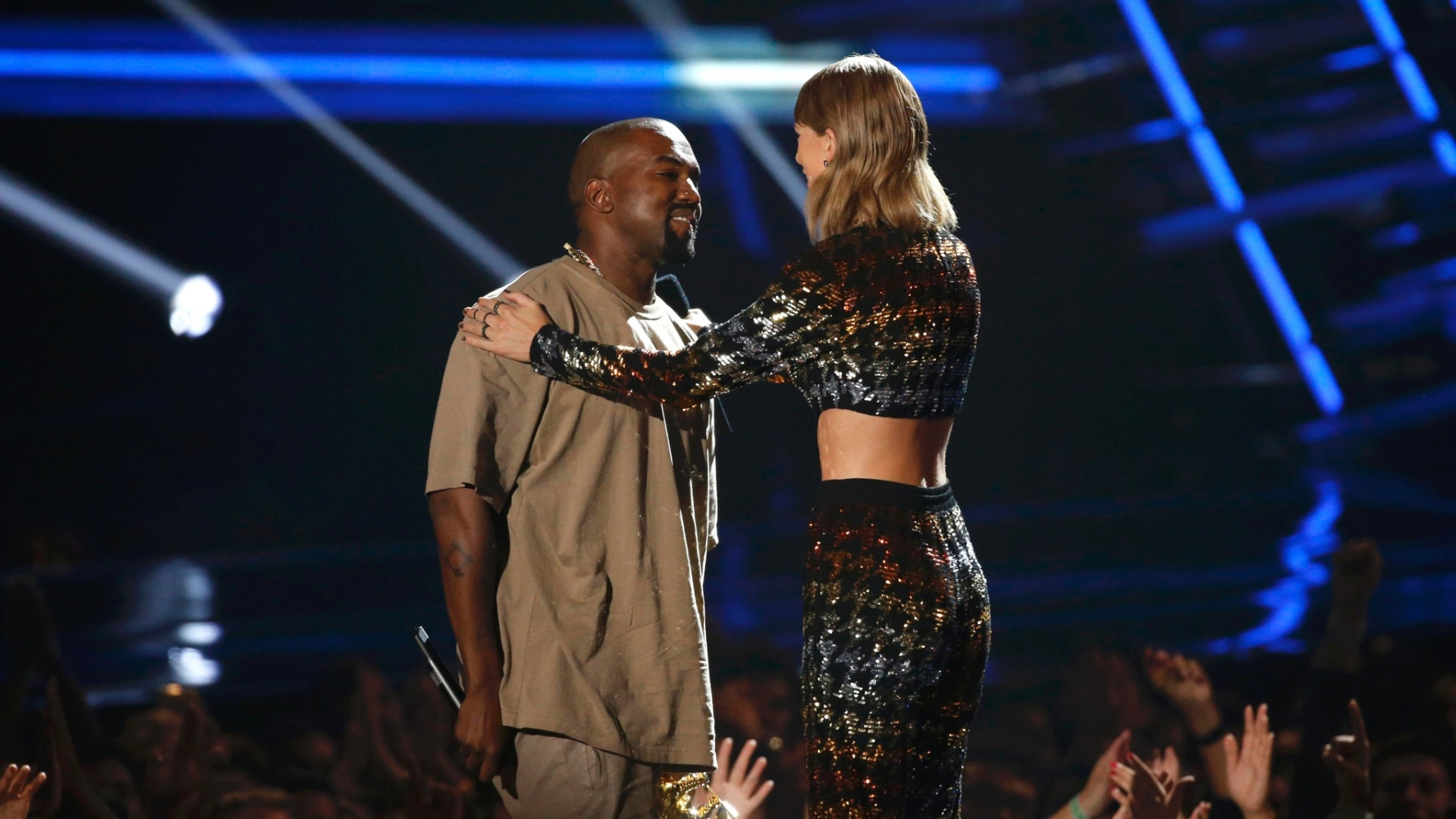 30.ago.2015 - Kanye West recebeu o prêmio de Michael Jackson Video Vanguard Award de Taylor Swift