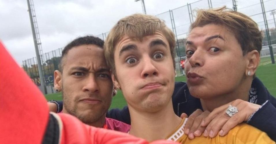 21.nov.2016 - Neymar e Justin Bieber se encontraram de novo. E, desta vez, na companhia do promoter David Brazil, que compartilhou uma foto dos três, na cidade de Barcelona (Espanha), com a legenda