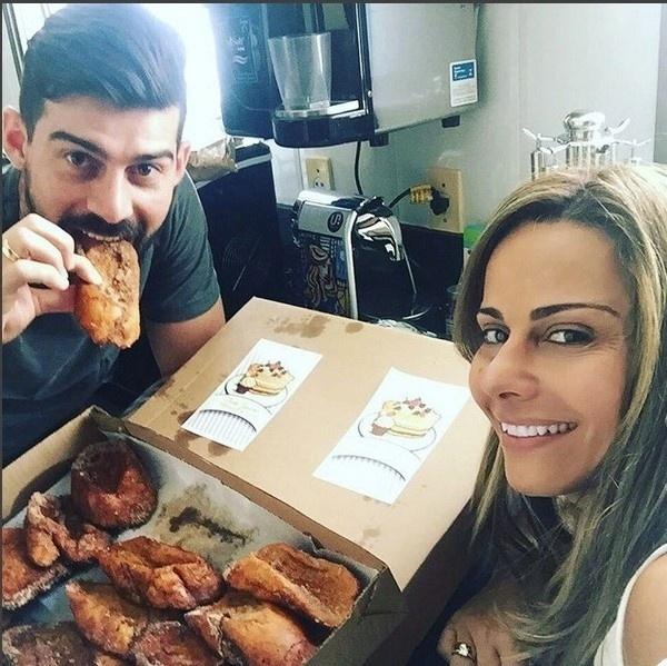24.dez.2015 - Parece que a dieta vai ser deixada de lado nesse final de ano por Viviane Araújo. A atriz não abriu mão das rabanadas no café da manhã desta quinta-feira (24), véspera de Natal.
