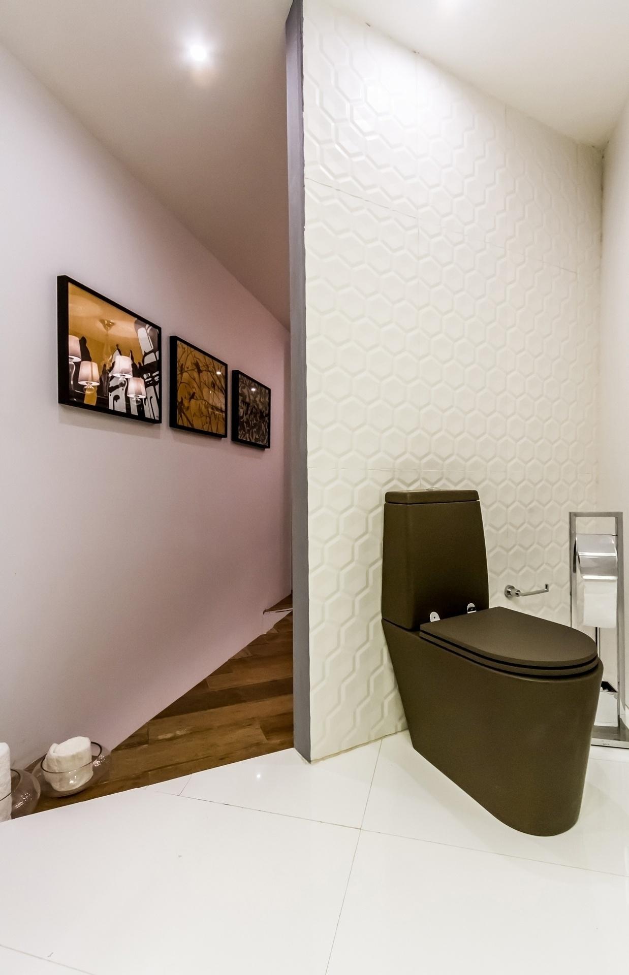 decoracao para banheiro grande:banheiro tem louça escura e parede  #976834 1238x1920 Armario Banheiro Luna