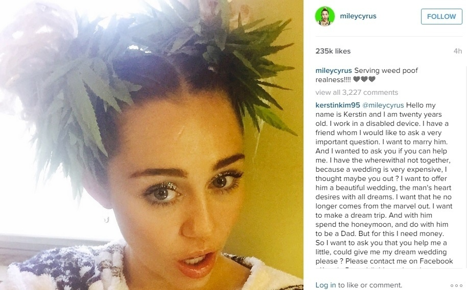 19.ago.2015 - Em selfie, Miley Cyrus usa acessório no cabelo que lembra planta de maconha. A cantora postou a foto no Instagram e aproveitou para fazer referênia a uma das famosas frases da drag queen RuPaul: