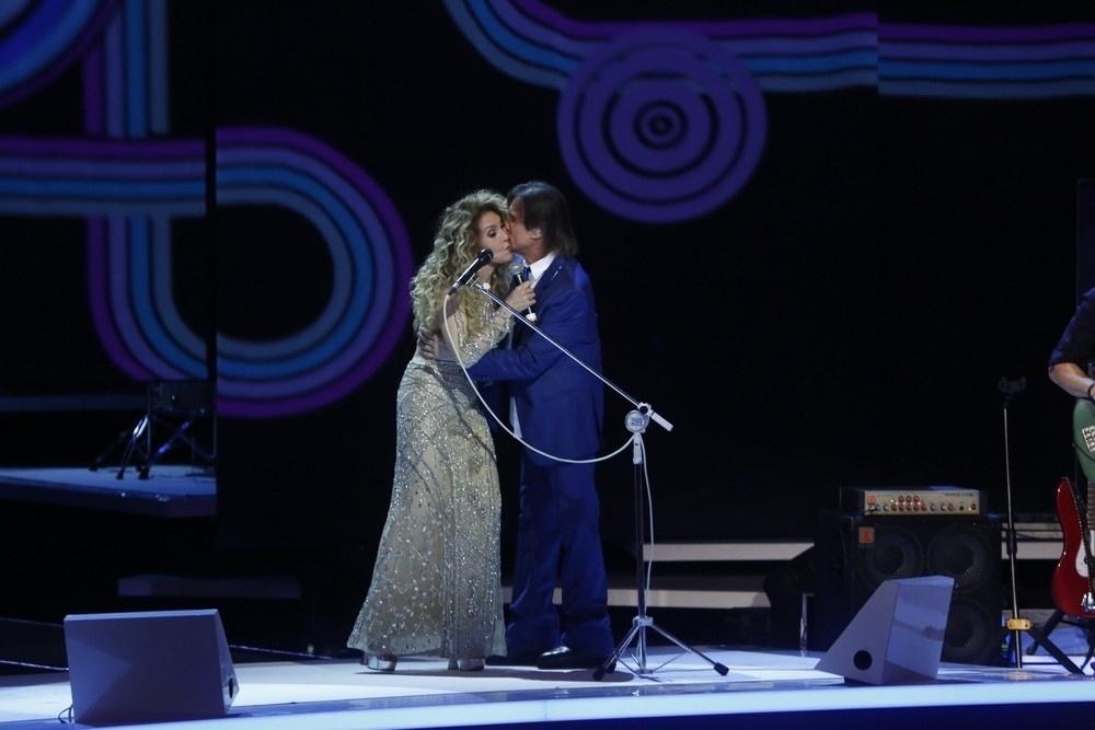 7.nov.2015 - Wanderléa dá beijo em Roberto Carlos durante as gravações do especial do Rei no Teatro Municipal, no Rio de Janeiro