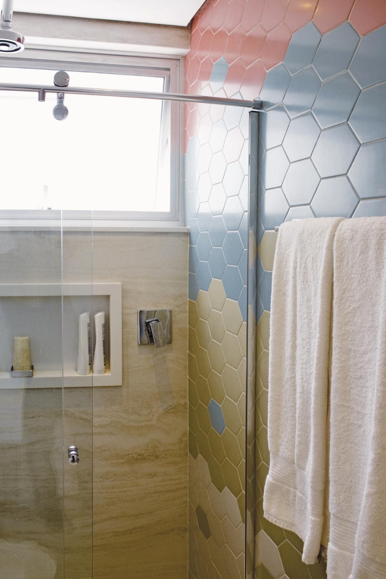 No banheiro da suíte o chuveiro a gás foi instalado no teto. O  #635028 1280x1920 Banheiro Azulejo Ate O Teto
