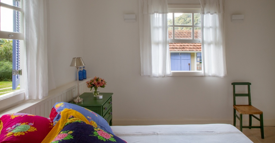 Na casinha de hóspedes há um quarto com um banheiro e uma sala de TV com sofá-cama à disposição para as visitas. A decoração simples e rústica entra na sintonia da atmosfera do sítio Marigold, reformado pelo arquiteto André Luque
