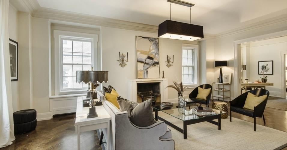 A cobertura dúplex de Uma Thurman, em Nova York, está à venda por cerca de R$ 22 milhões. A residência conta com sistema de ar-condicionado central e amplas janelas em todos os cômodos. Na sala de estar, a decoração é elegante e contrapõe alguma peças escuras à uma base clara. A paleta que rege o ambiente se baseia em dourado,