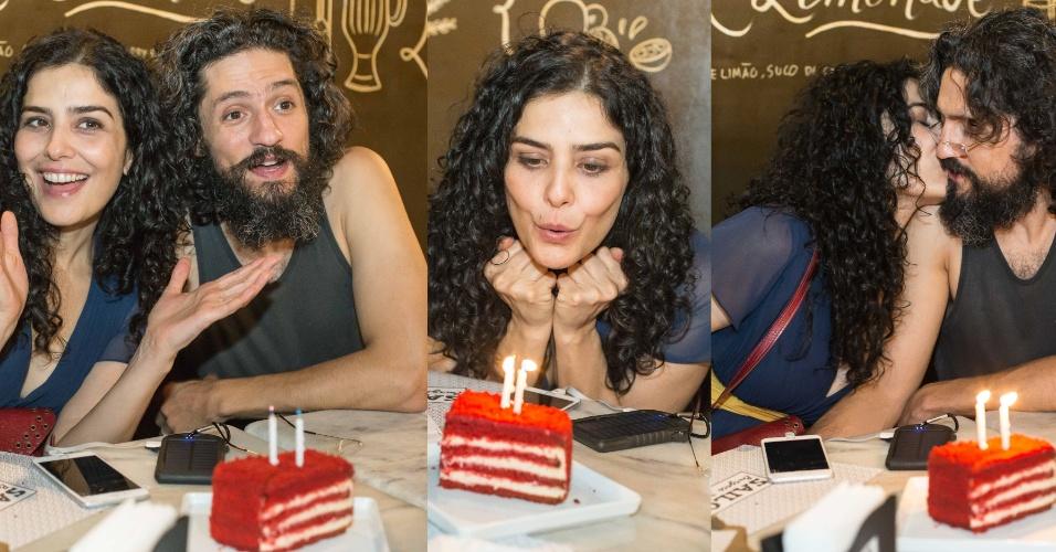 09.mar.2016- Leticia Sabatella brinda seus 44 anos ao lado do marido, Fernando Alves Pinto, em restaurante de São Paulo.