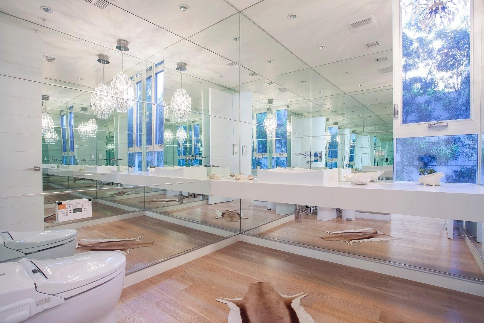 banheiro espelhado louças brancas lustres de cristal e tapete de #3A5C91 1620 1080