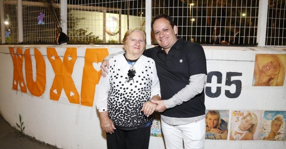 17.ago.2015 - Acompanhada do neto Arley Ramalho, Severina Ramalho, de 83 anos, comemora a estreia de Xuxa na Record, na porta do Recnov, no Rio de Janeiro
