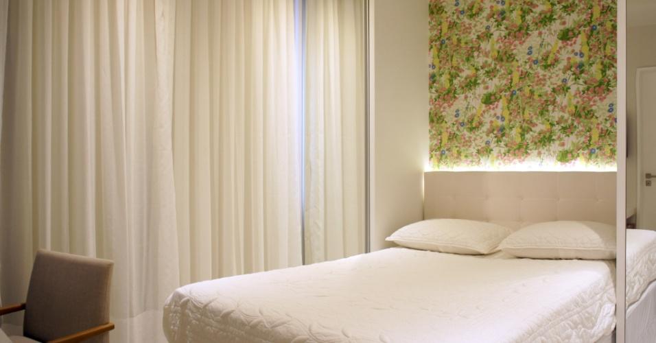 A cortina em linho branco traz refinamento à suíte máster, que conta com cama box e cabeceira em botonê. O projeto em Botafogo, Rio de Janeiro, é uma reforma do escritório Ravaglia & Philot Arquitetura