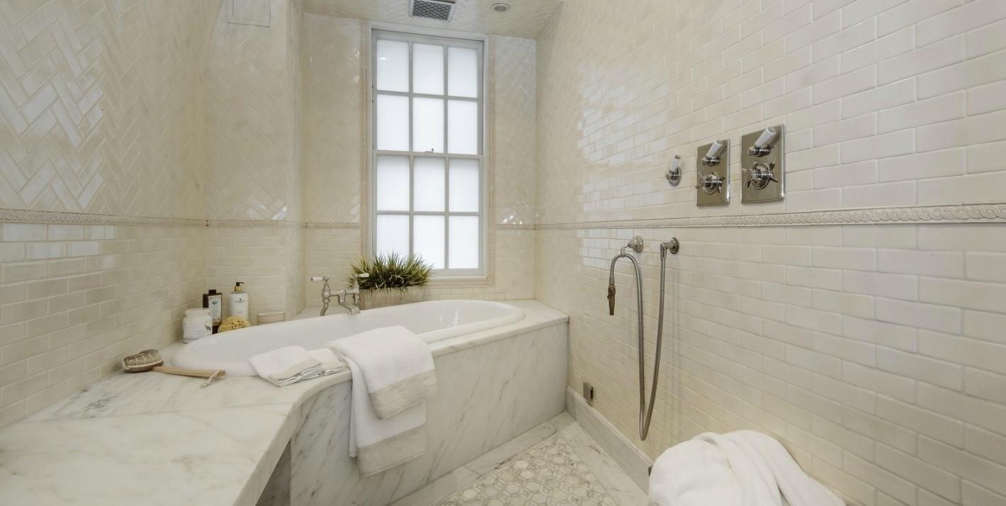 A suíte principal fica no primeiro andar da cobertura colocada à venda por Uma Thurman, em Nova York, nos EUA. O banheiro conta com um acesso via closet, que leva o morador direto para o espaço da banheira, que tem como vista o Gramercy Park
