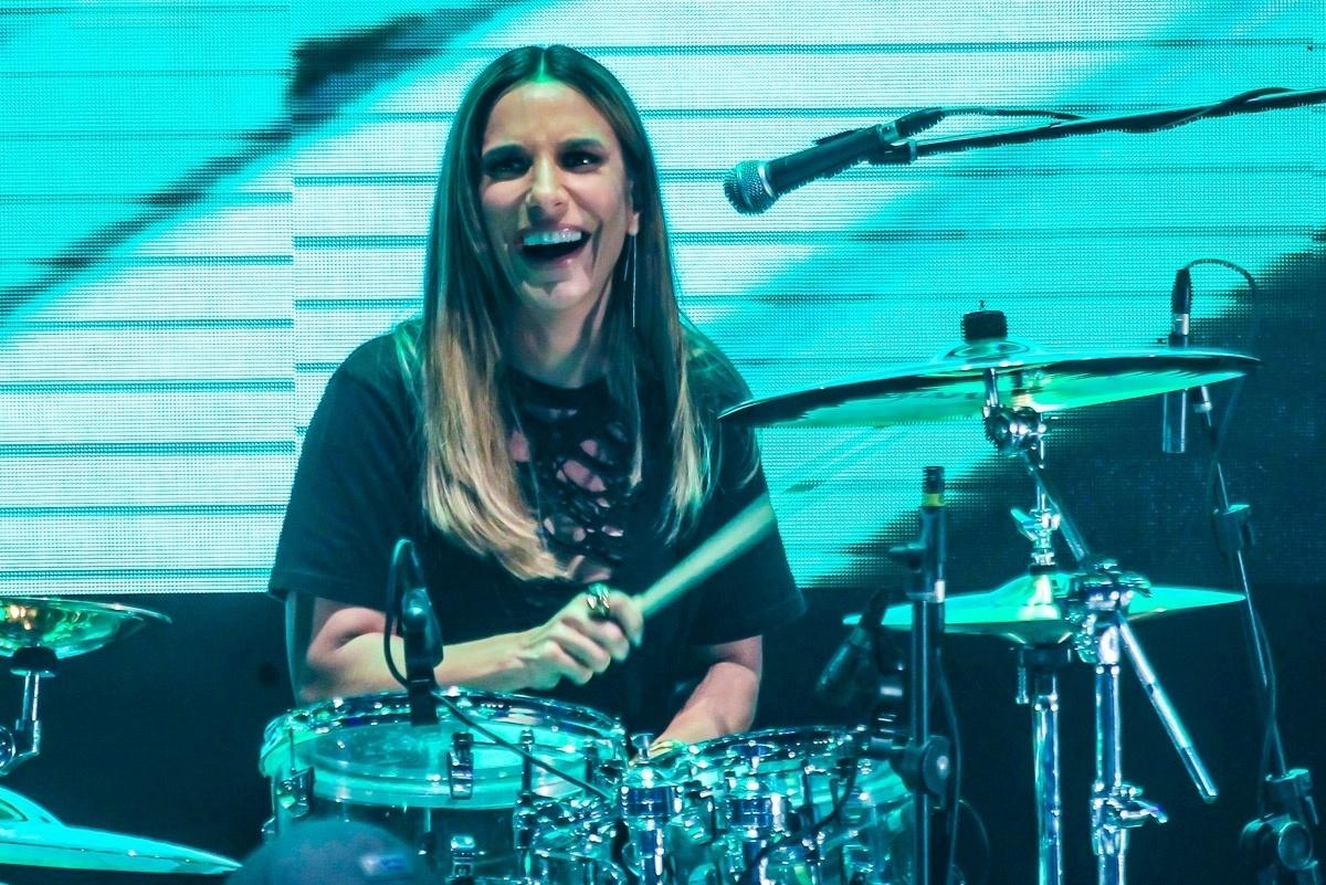18.nov.2016 - Ivete Sangalo se diverte ao dar uma palinha na bateria durante gravação do DVD da banda Raimundos, em Curitiba