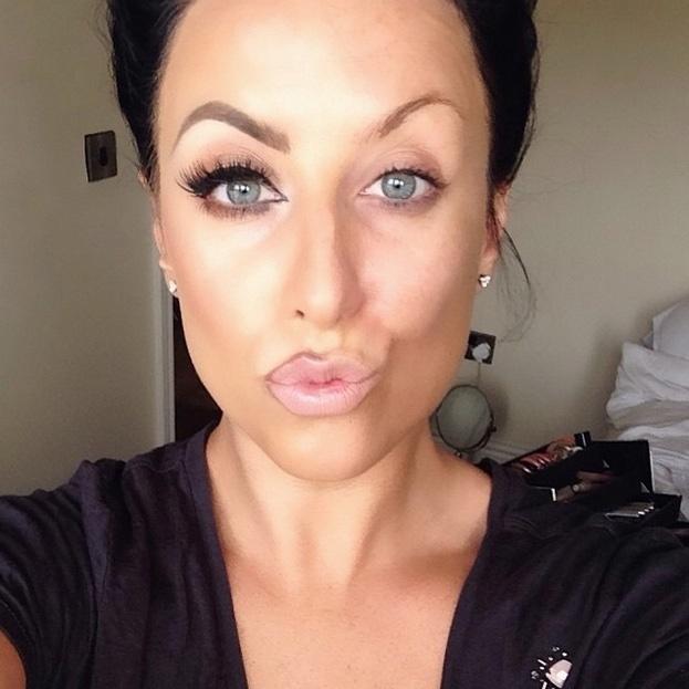 A maquiadora Danielle Gregory, dos EUA, fez sua contribuição, com direito a metade dos lábios delineados
