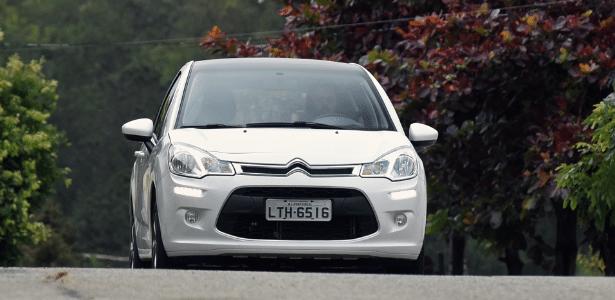 Órgão define que LED vale como farol baixo e livra motorista de carro mais atual da multa