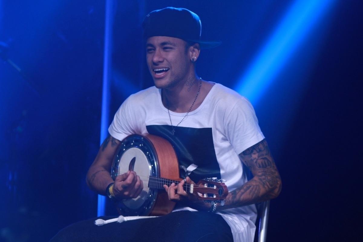 16.jul.2015 - Neymar toca banjo elétrico no palco do Audio Club, na Barra Funda, na zona oeste de São Paulo, durante o show