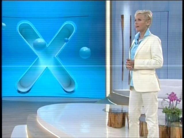 Xuxa usa terninho branco em seu segundo programa na Record