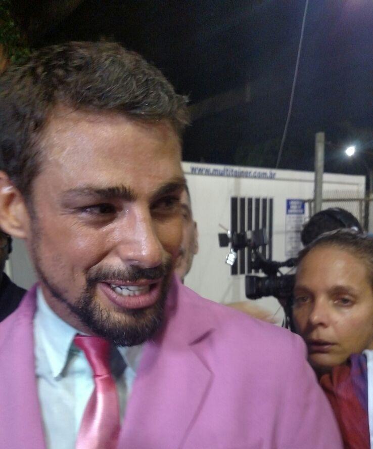 9.fev.2016 - Cauã Reymond chega para o desfile da Mangueira