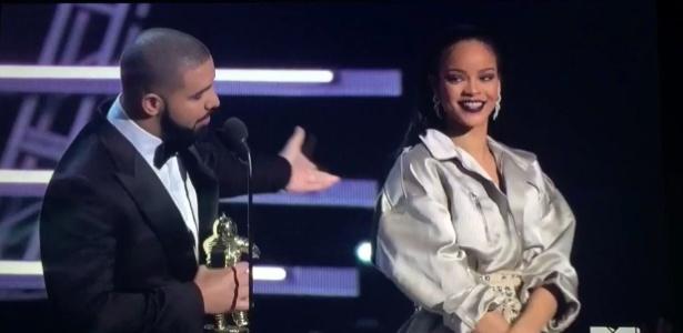 28.ago.2016 - Drake se declara para Rihanna no palco do VMA 2016