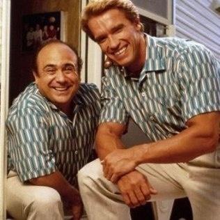 Arnold Schwarzenegger e Danny DeVito em