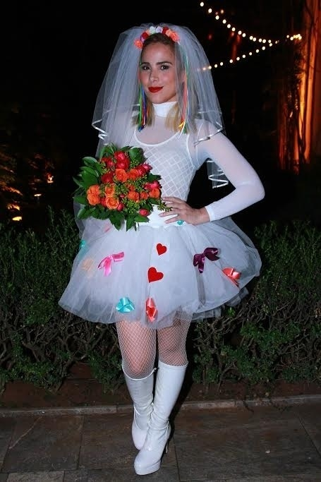 22.jul.2015 - Vestida de noiva, Wanessa comparece à festa junina das revistas