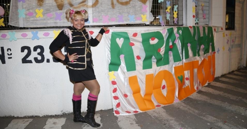 17.ago,2015 - Fã e cover de Xuxa, Tidinha, de 29 anos, comemora a estreia da apresentadora na Record em frente ao Recnov, no Rio de Janeiro