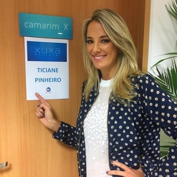 Ticiane Pinheiro momentos antes de apresentar o programa de Xuxa Meneghel, que precisou se ausentar em razão da morte do irmão