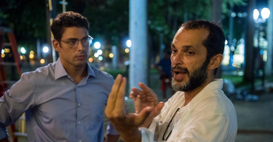 8.jul.2016 - Cauã Reymond recebe orientações do diretor José Luiz Villamirim nas gravações de