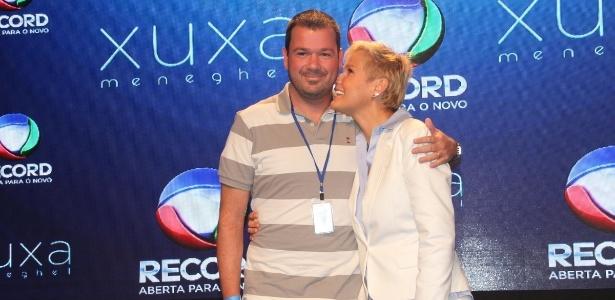 """Mariozinho Vaz ganha um abraço da apresentadora coletiva do programa e garante: """"Não tem muito mistério dirigir a Xuxa porque ela é minha amiga"""""""