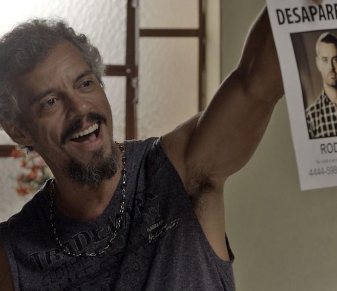 Juca (Osvaldo Mil) descobre que César (Carmo Dalla Vecchia) é procurado pela mulher e ameaça Domingas  (Maeve Jinkings)
