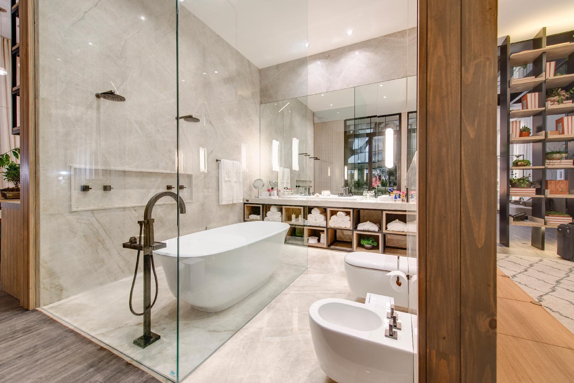 de vidro: confortável a área de banho conta com banheira e duas #905F3B 1920 1281