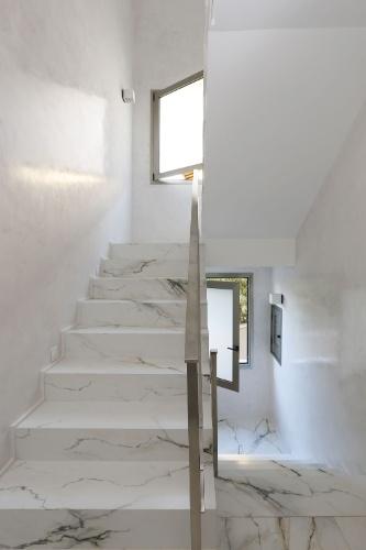 mesa jardim bloco cad:As escadarias da casa Campinas reproduzem o piso da área social, em