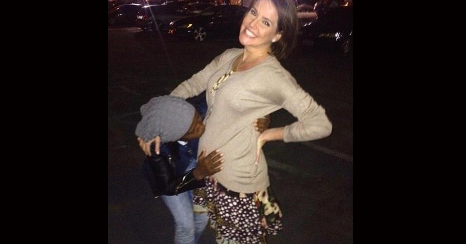 30.jun.2015 - Grávida da primeira filha, uma menina que vai se chamar Maria Flor, Deborah Secco foi mimada por uma fã ao chegar no aeroporto do Rio de Janeiro. A moça fez questão de beijar a barriga da atriz, que compartilhou uma foto do momento em seu Instagram, nesta segunda-feira.