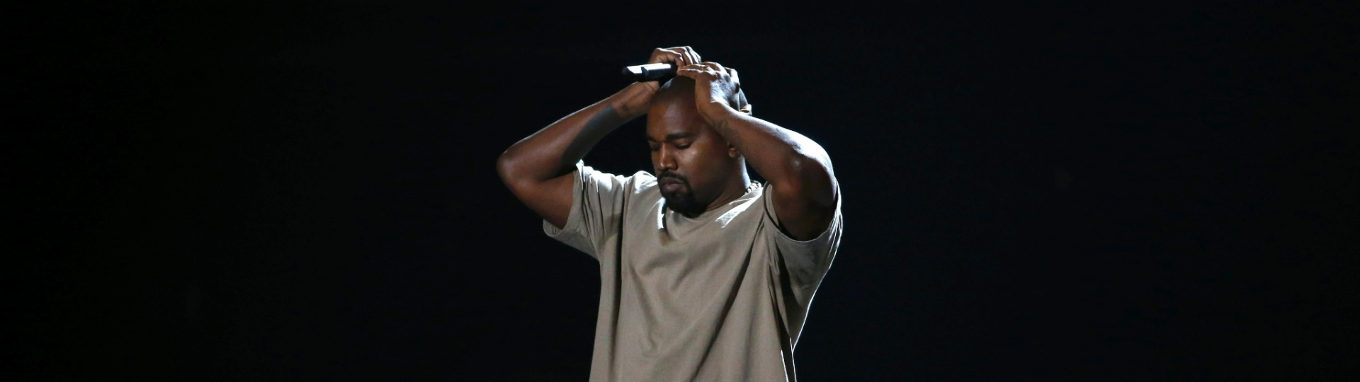 30.ago.2015 - Kanye West discursa após receber o prêmio de Michael Jackson Video Vanguard Award