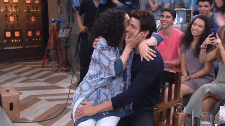 15.nov.2015 - Gal Costa lança cantada e senta no colo de Gianecchini no