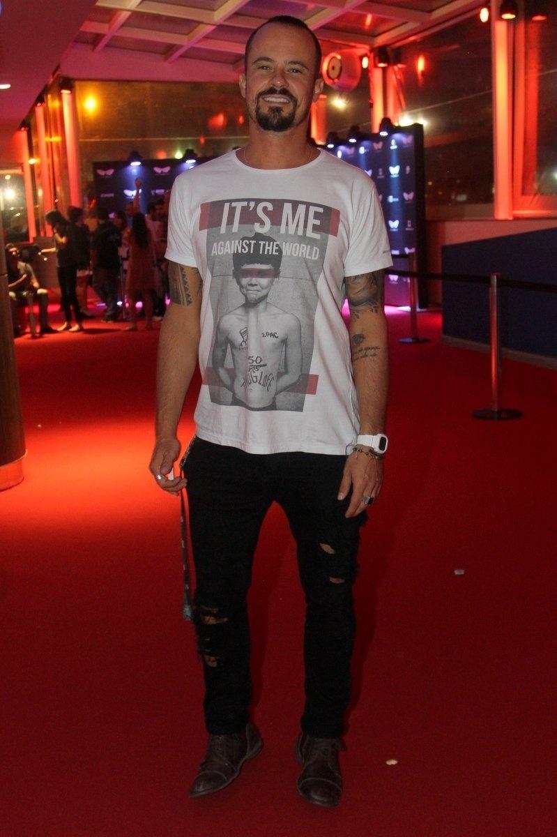 2.out.2015 - O ator Paulo Vilhena prestigia o lançamento de