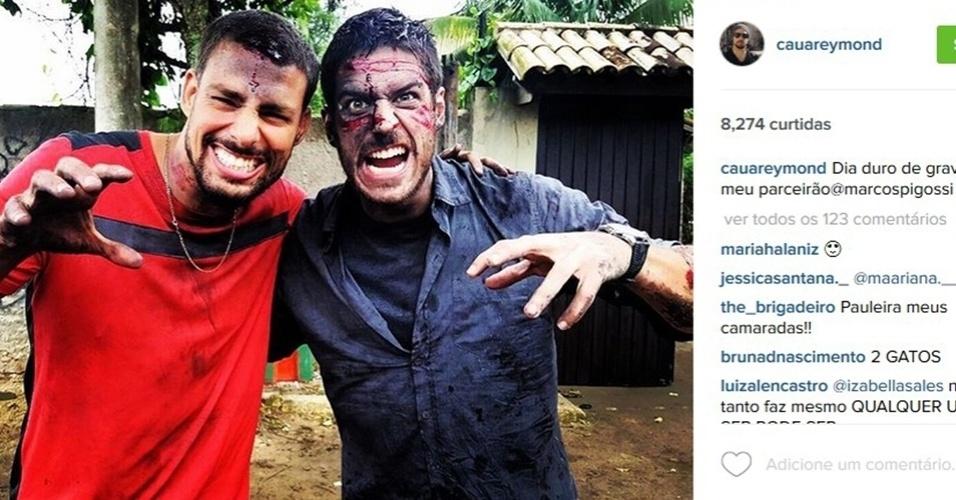 7.nov.2015 - Cauã Reymond e Marco Pigossi aparecem machucados e ensanguentados após gravações de
