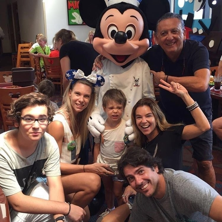 11.mai.2016 - Galvão Bueno tietou Mickey Mouse em almoço na Disney. O narrador esportivo da Globo publicou uma foto no Instagram ao lado do personagem durante a comemoração dos três anos de seu neto, Cadu, que fez careta na imagem.