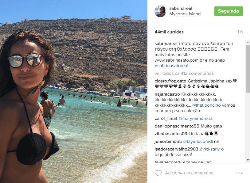 11.jul.2016 - De férias na Grécia, Sabrina Sato surpreendeu por usar um biquíni de um modelo inusitado. Apesar de ter escolhido um pretinho básico, o formato do modelo é em cone. Alguns seguidores não aprovaram.