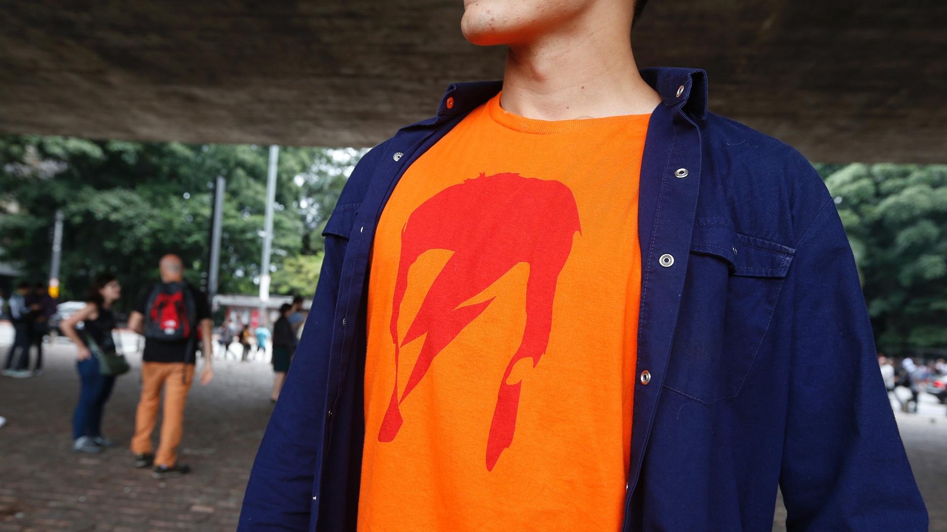 11.jan.2015 - Fãs de David Bowie organizaram um flash mob no vão livre do Masp para homenagear o cantor britânico que morreu no domingo