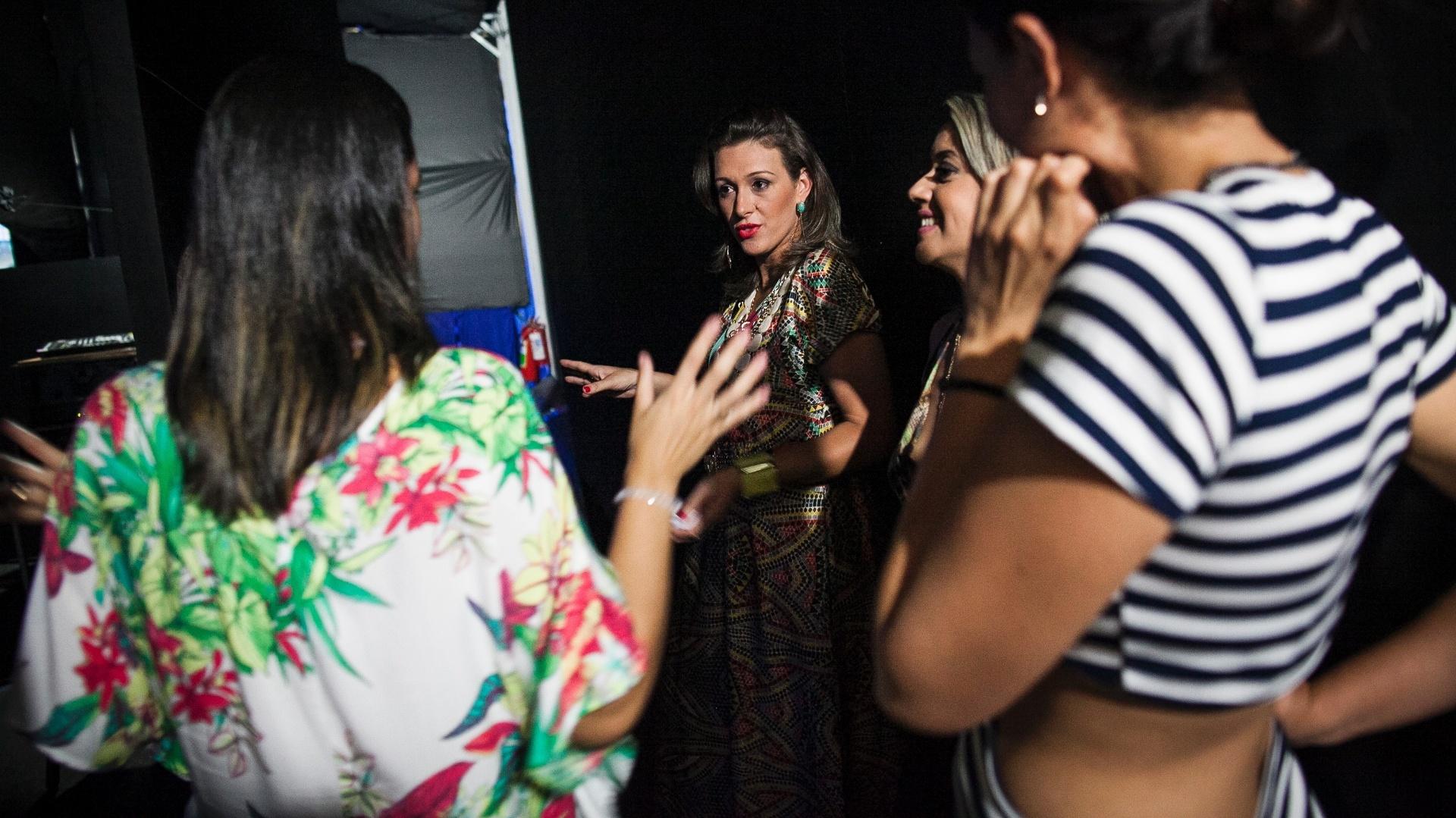 25.jan.2016 - Candidatas a sósia de Claudia Raia se preparam antes de concurso na quadra da Nenê de Vila Matilde, na zona leste de São Paulo. A escola de samba homenageará a atriz e bailarina em seu enredo do Carnaval de 2016.