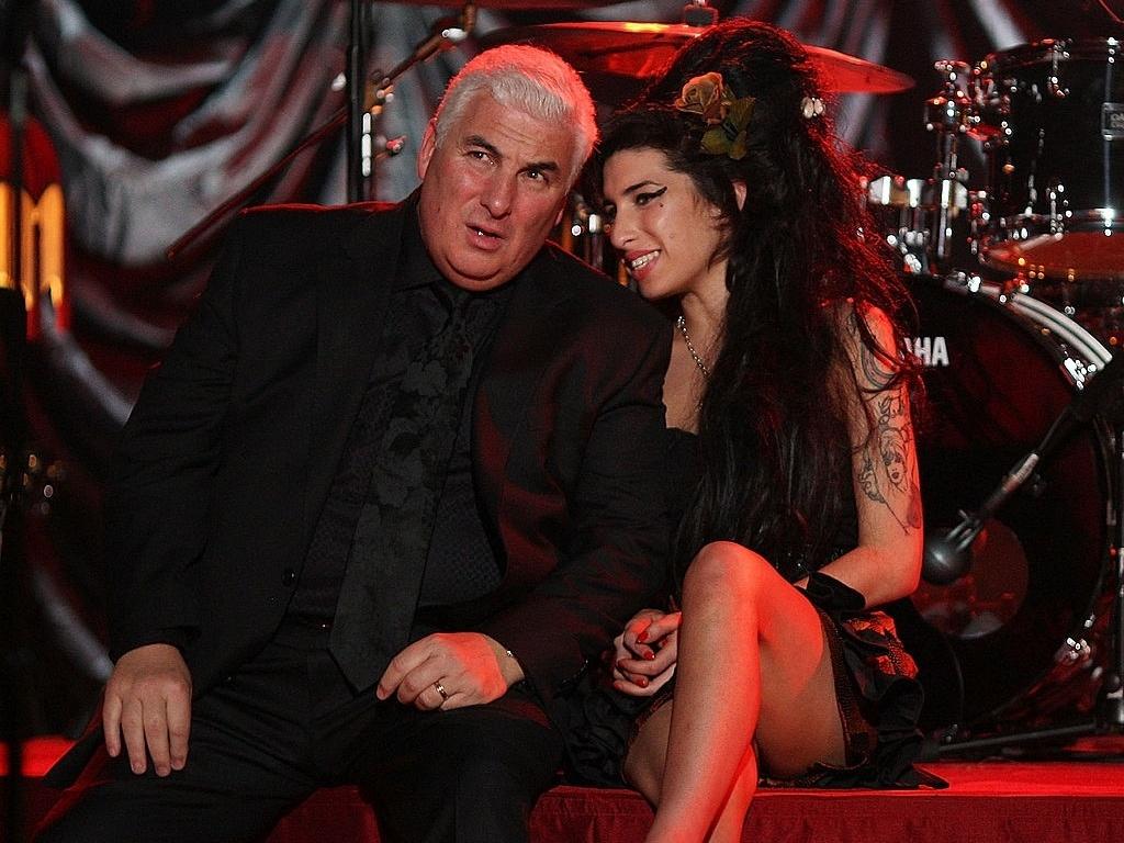 10.fev.2008 - Amy Winehouse com seu pai, Mitch, durante evento em que acompanhou o Grammy diretamente de Londres. Na ocasião ela ganhou 5 dos 6 prêmios que havia sido indicada