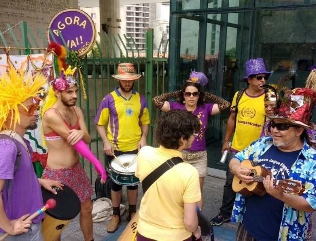 Com batucada, blocos evitam votação de lei que limita Carnaval de Rua