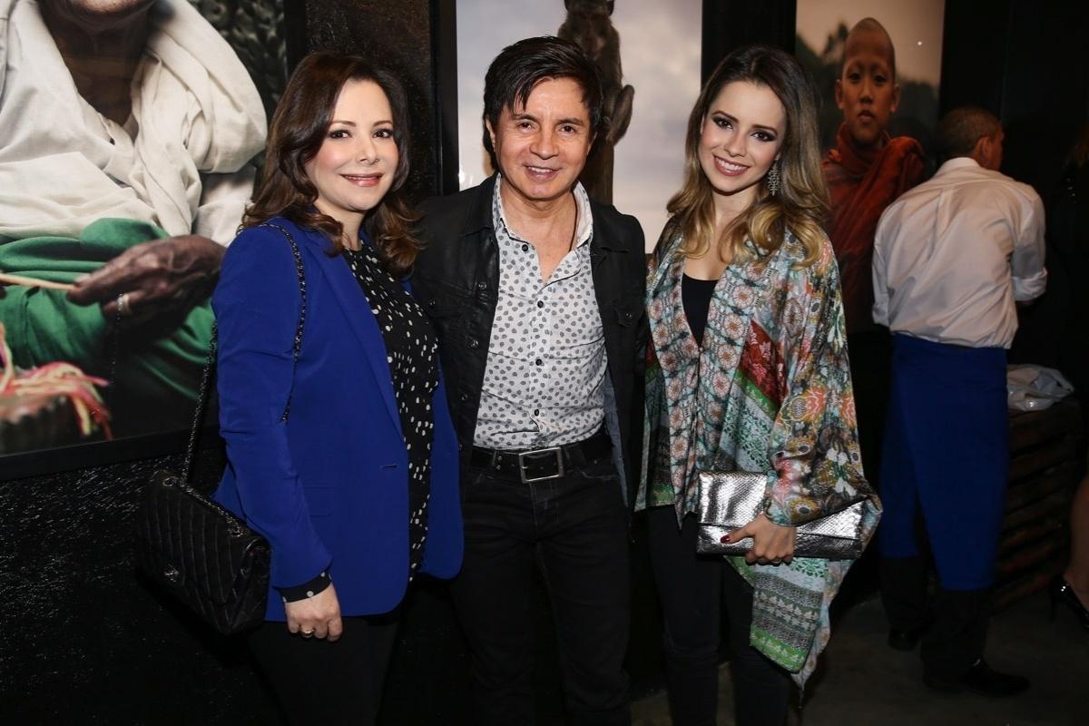 16.jul.2015 - O cantor Xororó, a mulher Noely e a cantora Sandy chegam para conferir a abertura da exposição fotográfica de Júnior Lima, realizada em uma galeria de arte em São Paulo
