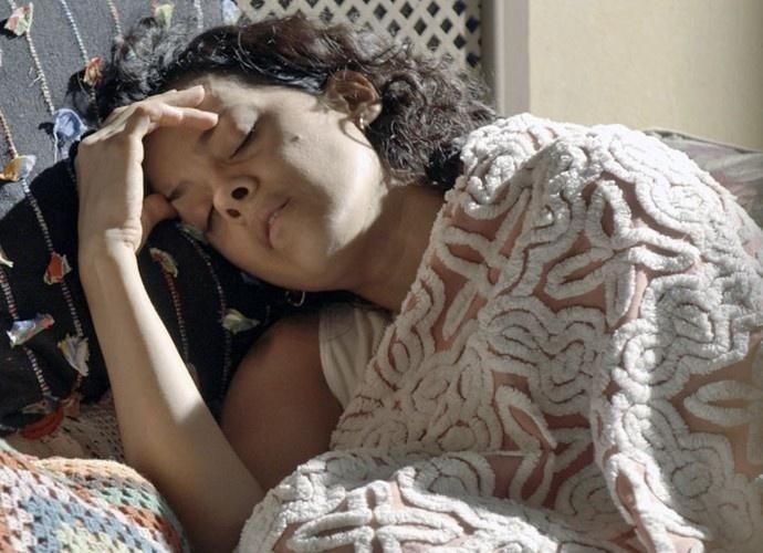 23.nov.2015 - Com 40 graus de febre, Dominga (Maeve Jinkings) é obrigada a cozinhar para Juca (Osvaldo Mil)