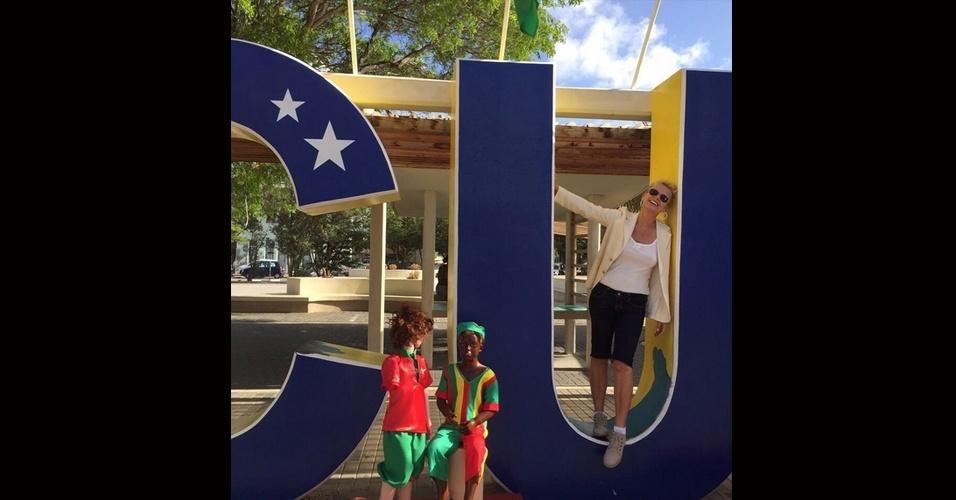 8.jul.2015 - Xuxa publica foto em que posa nas duas primeiras letras um painel de Curaçao, no Caribe, para rebater críticas que recebeu após mostrar tentativa de ioga na praia