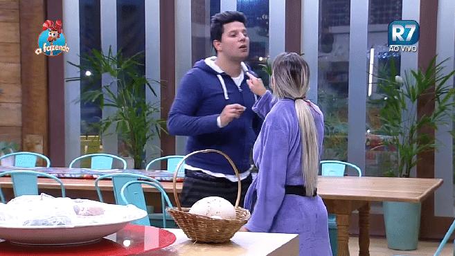 22.out.2015 - Para irritar Ana Paula, Thiago a chama de