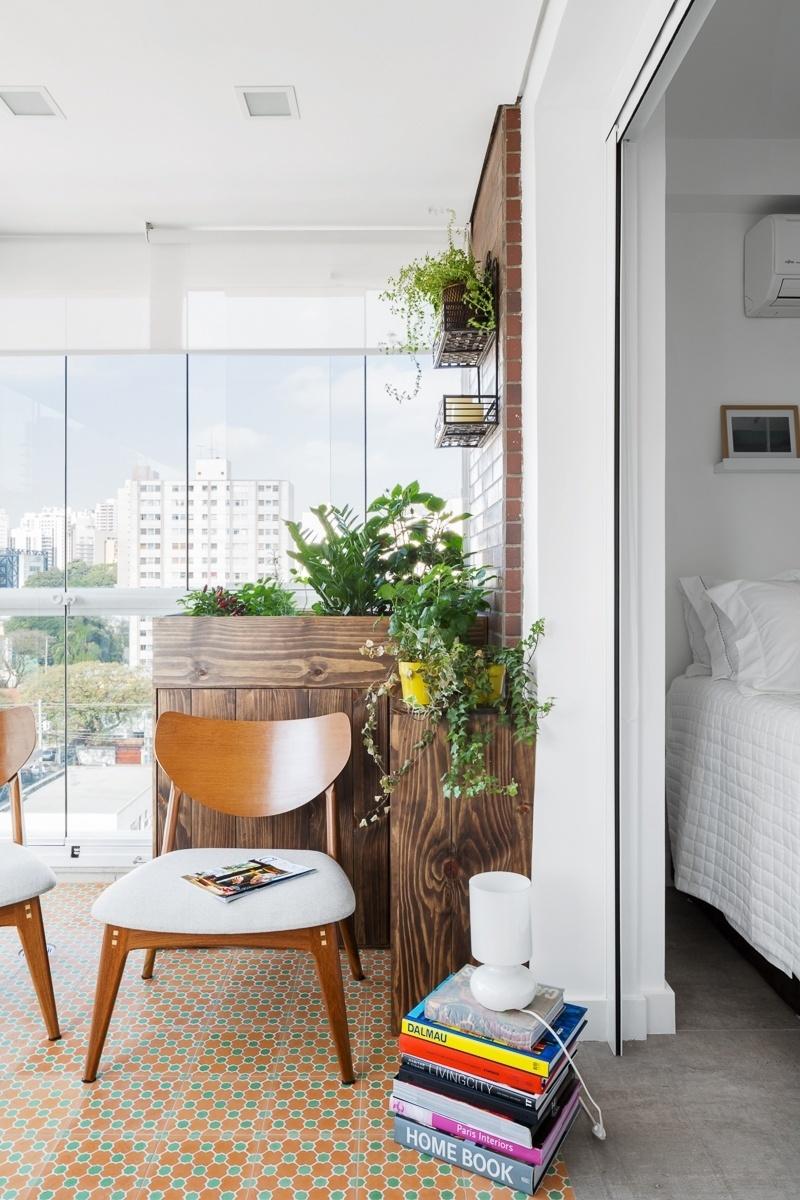 As portas de correr entre o quarto e a varanda/cozinha foram substituídas por cortinas