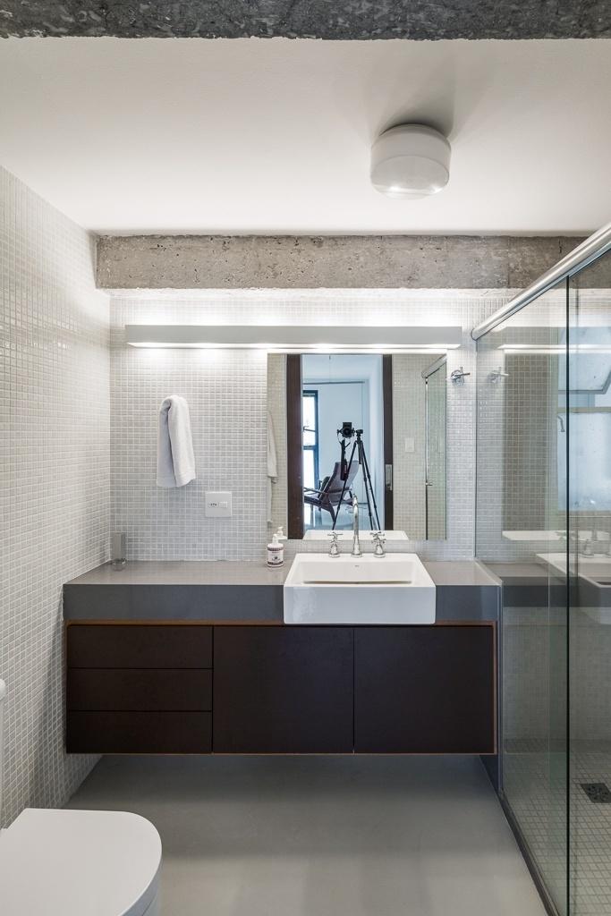 O banheiro recebeu revestimentos claros, que ajudam a dar a sensação de amplitude. O projeto de reforma do apartamento no edifício Gemini foi realizado pelo arquiteto Takuji Nakashima