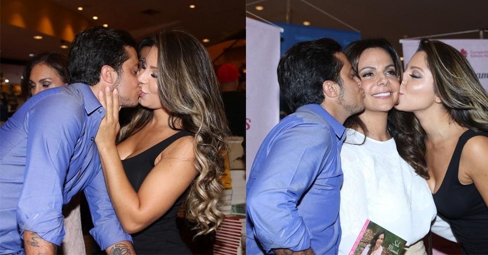 19.abr.2016 -  Thammy Miranda e a namorada, Andressa Ferreira,estão mais apaixonadas do que nunca. Na noite desta terça-feira, o casal foi fotografado trocando beijos durante o lançamento do novo livro de Sula Miranda, na Livraria Cultura do Conjunto Nacional, em São Paulo